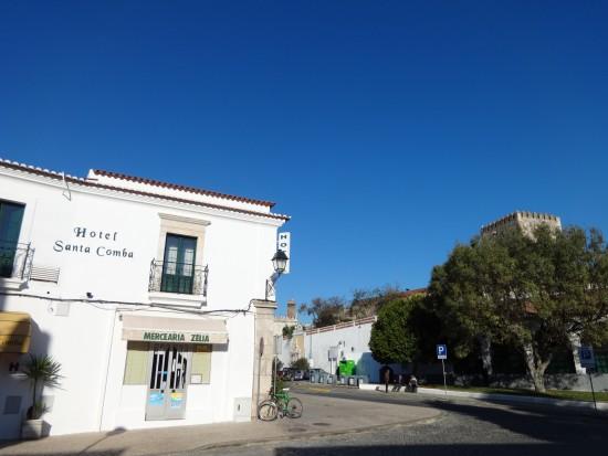Hotel Santa Comba, bica de Santa Comba e castelo de Moura